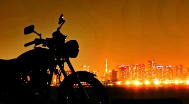 夕日とオートバイのイメージ画像