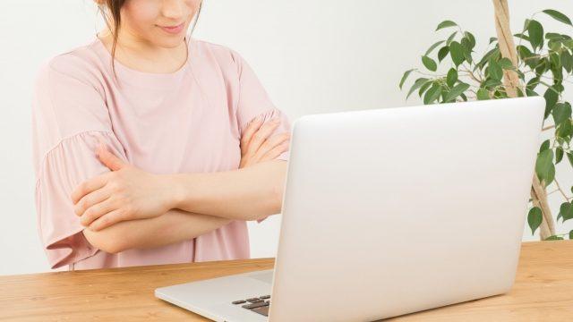 パソコンと女性イメージ画像
