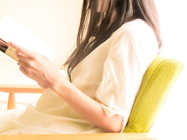 本を読む女性イメージ画像