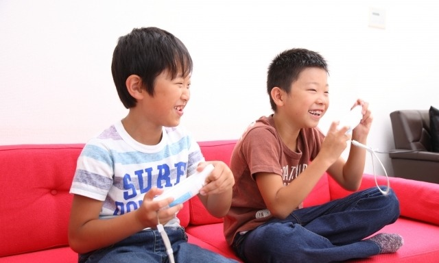 ゲームで遊ぶ子供たちイメージ画像