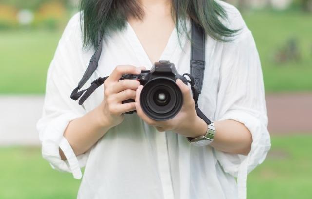 カメラと女性のイメージ画像