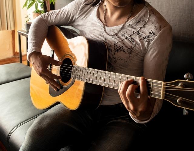 ギターを弾く男性のイメージ画像
