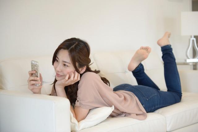 携帯電話を持つ女性イメージ画像