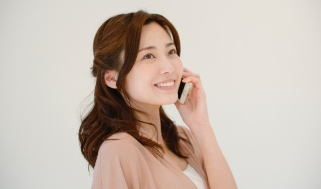 電話をする女性のイメージ画像